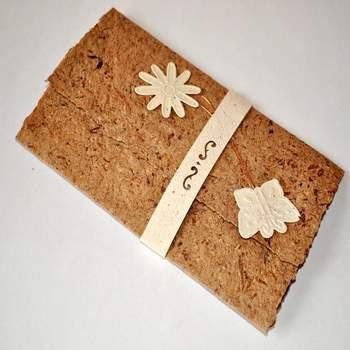 Convite de casamento ecológico, feito de fibra de cebola.