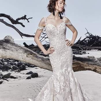 """<a href=""""https://www.maggiesottero.com/sottero-and-midgley/portia/11562"""">Maggie Sottero</a> <br> Faite de tulle et d'organza toscan, cette magnifique robe de mariée ajustée et évasée présente de superbes motifs de dentelle superposés sur de la dentelle texturée."""