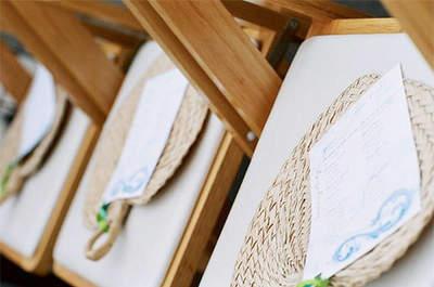 Abanicos de rafia para invitadas. Foto: Azul y chocolate