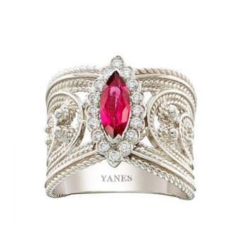 Sortija centro turmalina rosa rodeada de diamantes talla brillante. Credits: Yanes