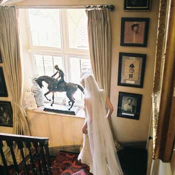 La novia bajando las escaleras camino de la ceremonia.