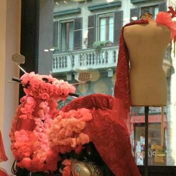 Acompanhe a decoração de uma scooter da lendária marca Vespa, como se se tratasse de uma noiva a dar os últimos retoques no seu vestido. E que vestido!