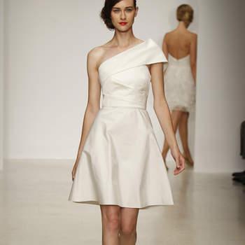 Vestido de novia corto y sencillo a un hombro
