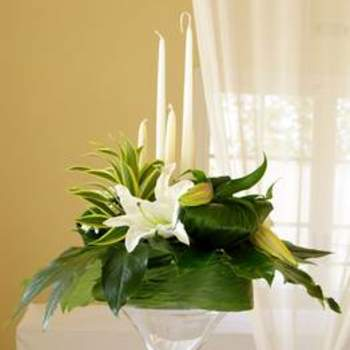Décoration de table fleurs blanches bougies flambeaux. Source : Murielle Bailet