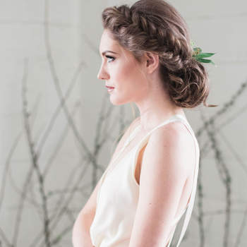 Penteado para noiva com cabelo preso e trança | Credits: Katie Jane Photography