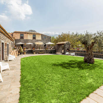 Bosco Ciancio: Un verde cortile all'interno di un casale, storia e natura si uniscono per creare un banchetto dallo stile rustico e chic.