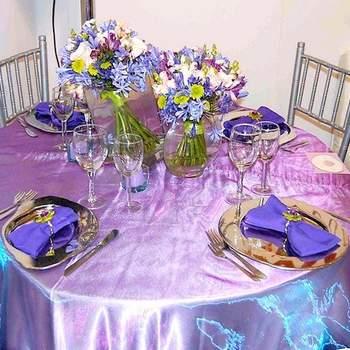 Si tus colores favoritos son los violetas y azules combínalos con blanco flores blancas para bajar el tono fuerte. Emplea vajilla en acero.