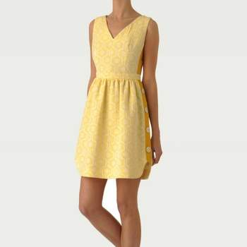 Robe Tara Jarmon 2012 : Mademoiselle Tara. Robe jaune avec arabesques discrètes. Une robe bien coupée et très printanière. Source : Tara Jarmon