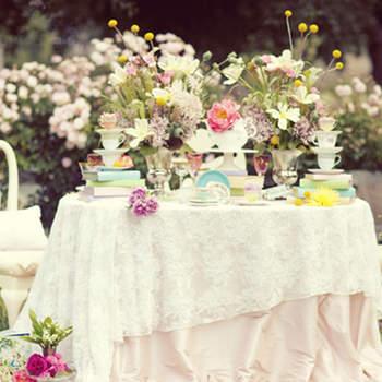Une table fleurie et complètement vintage, inspirée par Alice au Pays des Merveilles. Source : Un mariage a Portobello photo par Joielala