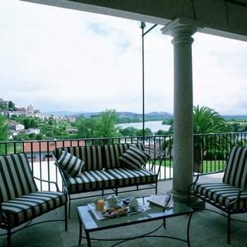 """No renuncies a una habitación con vistas para tu noche de bodas. La localización estratégica de los Paradores te permite disfrutar de entornos inigualables, como estos del Parador de Tui. ¡Un desayuno en una terraza como esta es una forma genial de comenzar vuestra vida juntos! Foto: <a href=""""http://zankyou.9nl.de/wdbk"""" target=""""_blank"""">Paradores</a><img src=""""http://ad.doubleclick.net/ad/N4022.1765593.ZANKYOU.COM/B7764770.4;sz=1x1"""" alt="""""""" width=""""1"""" border=""""0"""" /><img height='0' width='0' alt='' src='http://9nl.de/xyl3' />"""