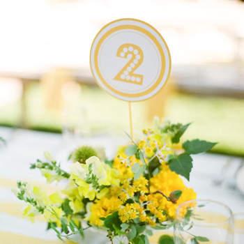 Arreglo con flores amarillas.