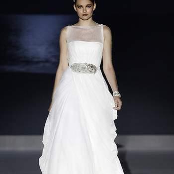 Ravissante robe de mariée Jesus Peiro 2013 avec ceinture brillante. Photo : Barcelona Bridal Week