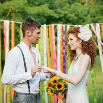 El intercambio de anillos durante la ceremonia.