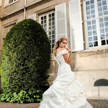 Robe de mariée Max Chaoul 2012, collection I Love You. Modèle Lautrec. Robe avec petites manches et jupe bouffante froncée et traîne. Source ; Max Chaoul