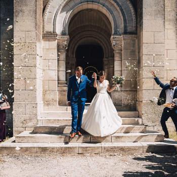 Photo : Romain Jacques -  Adepte du photo-journalisme, Romain crée l'album photo de votre mariage à la façon d'un reportage. Un reportage empreint de grands moments et d'émotion. Il capture sur cette photo les mariés à la sortie de l'église, prêts pour le début d'une nouvelle vie.
