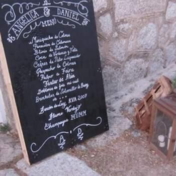 """Otro de los detalles de mayor originalidad fue el del menú: """"Utilizamos un palet de madera para escribir el menú, lo pintamos con pintura de pizarra y escribimos con tiza ¡El resultado fue perfecto!"""", explican. Foto: oh!myWedding. http://www.ohmywedding.es/"""