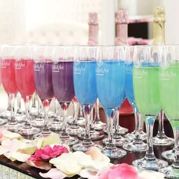 Si quieres la mesa temática más original, no dudes en apostar por Fragancias Platinvm. Te ofrecen cócteles de lo más exclusivos que nacen de la fusión de un vino especialmente seleccionado con extractos naturales de frutas y flores. Su aroma y su sabor te cautivará.