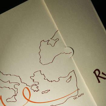 Cartaria del Garda: Raccontare la vostra storia con una partecipazione. Una mappa dove sono segnate le città di origine, è un'idea originale per le coppie che in questo giorno uniscono amore e cultura.