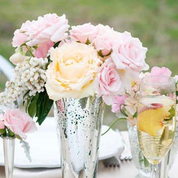 Ultra romantiques ces fleurs en centres de table. Source : Style Me Pretty, Olivia Gird Photography