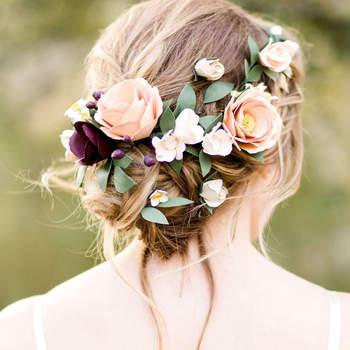 Cabelo de noiva preso com flores | Credits: Ahsley Bee Photography