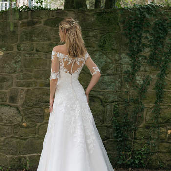 Modelo 44058, vestido de novia de manga francesa y cuello barco con detalles de encaje y transparencias