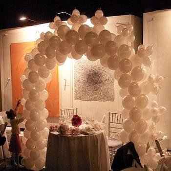 Arche de ballons blancs : une touche déco ultra romantique. - Photo : daquella manera