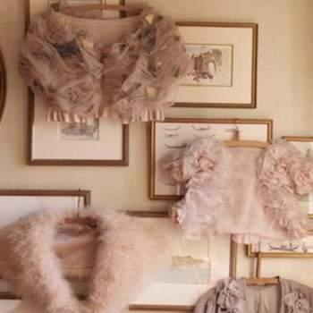 Boléros et étoles en fourrure et en tulle de couleur nude et légèrement plus foncée. Source : Bhldn