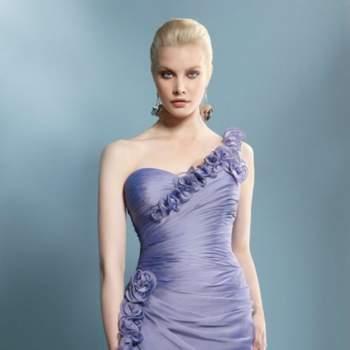 Robe parme à bretelle asymétrique et coupe originale. Beaucoup de chic pour cette robe de cocktail ! Demetrios 2012