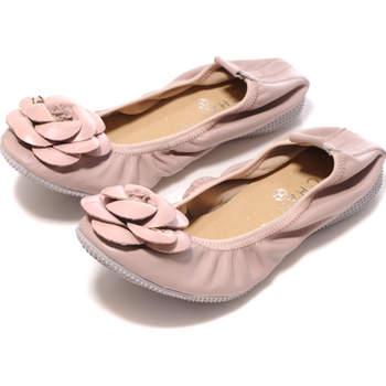 Se preferite restare a piano terra, perfette le ballerine di Chanel con fiore applicato in punta