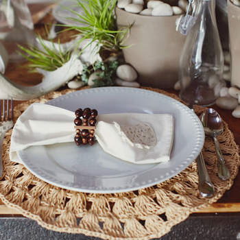Une décoration verte et naturelle pour un mariage esprit vintage et champêtre. Source : Green Wedding Shoes