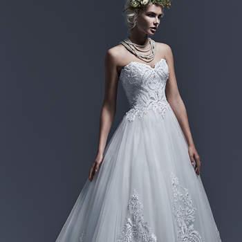 """Tule leve e uma impressionante renda bordada combinam perfeitamente para criar este vestido inegavelmente elegante. Padrões de rendas adornados com cristais Swarovski e pérolas, enfeitam o corpete e a saia, e dão uma pitada de brilho. Finaliza com decote coração e zíper interno no fechamento do corpete. <a href=""""http://www.sotteroandmidgley.com/dress.aspx?style=5SW623&amp;page=0&amp;pageSize=36&amp;keywordText=&amp;keywordType=All"""" target=""""_blank"""">Sottero and Midgley</a>"""