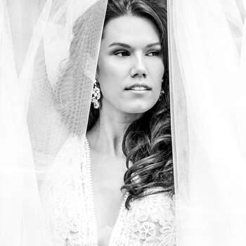 Foto: Rika Conradi |  via ANKii | My VINTAGE BOUDOIR Jurk: Randy Fenoli | Jewelry: Abrazi Jewelry | Sluier: Randy Fenoli by Poirier Bridal