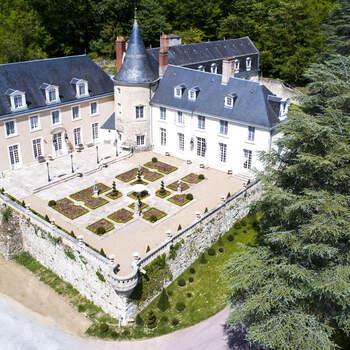 Photo : Le Domaine de Beauvois - Vous souhaitez organiser votre mariage en Val de Loire ? Le charme et l'élégance raffinée du Château Hôtel Beauvois saura vous combler. «Le château, entouré d'un bois, surplombe la colline avec vue sur sa piscine grandiose. La cour intérieure fleurie est très romantique et les salles sont bien restaurées, avec un mobilier et des tableaux à couper le souffle.»
