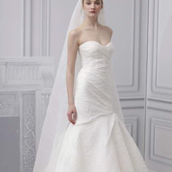 Tombé impeccable et jeux de plis pour cette robe Monique Lhuillier 2013.