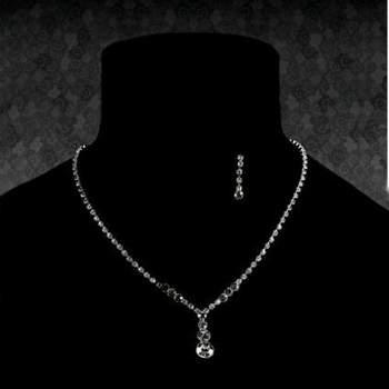 Sencillo y elegante juego de collar y pendientes. Foto: Access Story. Boutique du soleil.