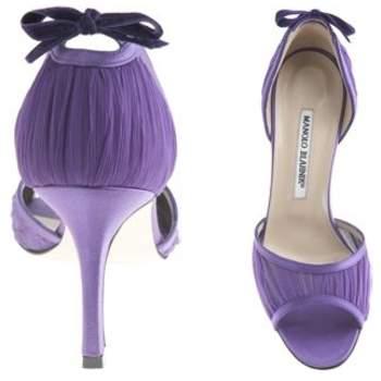 Ravissante paire de sandales violette à talons. - Source : www.manoloblahnik.com