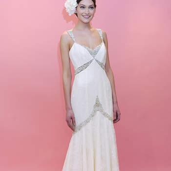 Robe de mariée au tombé impeccable avec des incrustations de pierreries. Féminine et raffinée cette robe de mariée Badgley Mischka a une allure folle.