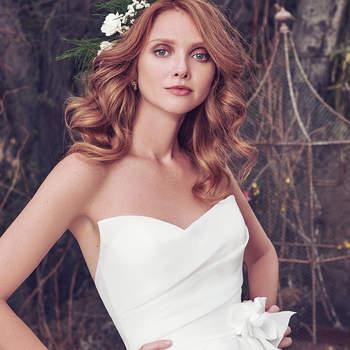 Bei diesem Kleid wurde hochwertiger Organza-Stoff zu einem trägerlosen Modell verarbeitet.