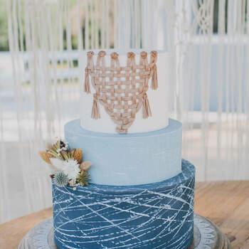 Foto: Katie Pichard Photography - Pastel de bodas de 3 pisos y tonos azules estilo boho chic