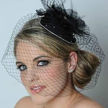 Voilette et petit chapeau noir posé de biais : jolie coiffure vintage. - Source : www.maritzasbridal.com