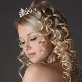 Escolher o penteado para o casamento não é tarefa fácil, ainda mais quando o cabelo é comprido, já que são muitas inspirações, tipos e estilos diferentes para a escolha. Veja estes lindos penteados e inspire-se para compor o seu look.