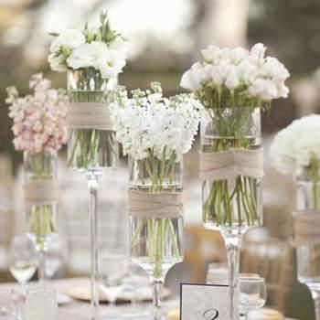 Très joli centre de tables en verre avec fleurs blanches. Source : mariagesetbabillages.com