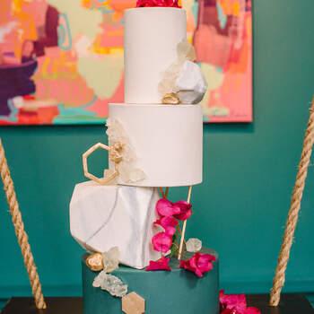 Foto: Krista Mason Photografphy - Pastel elegante con buganvilias y figuras geometricas en tonos dorados