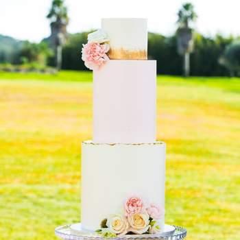 Bolos de casamento de 3 andares são sempre uma opção elegante e surpreendente. | Créditos: Açúcar À La Carte