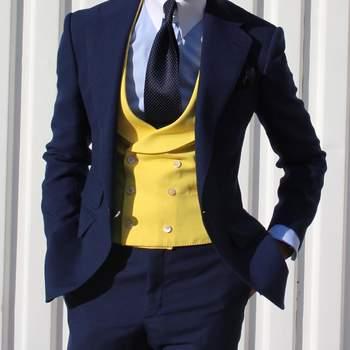 Traje azul y chaleco azul y amarillo. Credits: Absolut Bespoke