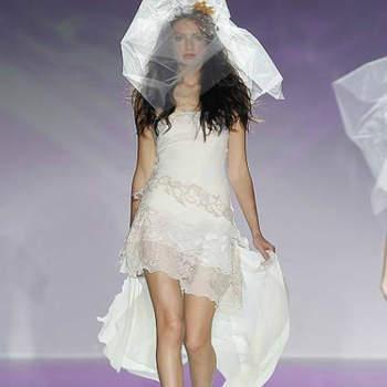 """Vestido de noiva curto, da colecção Raimon Bundo 2013.Foto: <a href=""""http://zankyou.9nl.de/jr6r"""" target=""""_blank"""">Pronovias 2014</a>"""