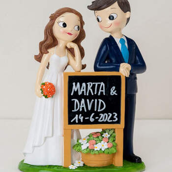 Figura Tarta Nupcial Novios Con Pizarra- Compra en The Wedding Shop