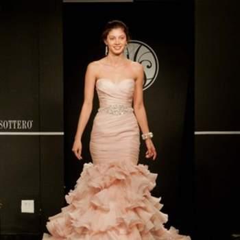 Ravissante robe de mariée couleur rosée. Jeu de volants.