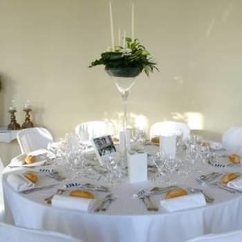 Centre de table de mariage blanc dans une coupe en verre. Source : Murielle Bailet