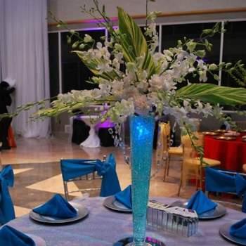Centre de table bleu avec des perles d'eau - Crédit photo: Mariage Original